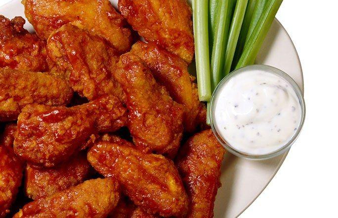 Receta: Alitas de pollo marinadas con miel - Las 10 mejores recetas para comer con las manos - Estas alitas marinadas con miel son perfectas como finger food. Para que los dedos no se te queden pegajosos, lo mejor es tener preparado un recipiente con zumo de limón o sujetarlas con una servilleta de papel...
