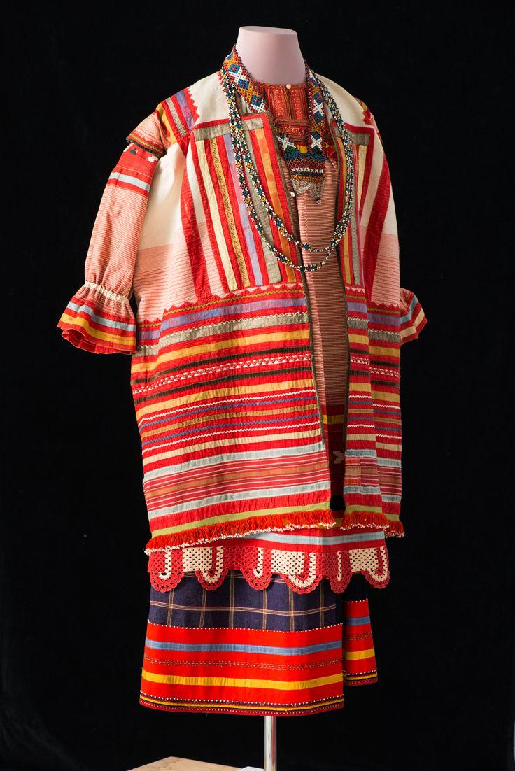 Женская одежда. Рязанская губ. Конец XIX в.  Состоит из рубахи, поневы, передника, шушуна, гайтана, бисерного украшения.