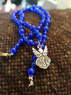 Gummans pärlor och smycken: Halsband i mörkblått och en berlock