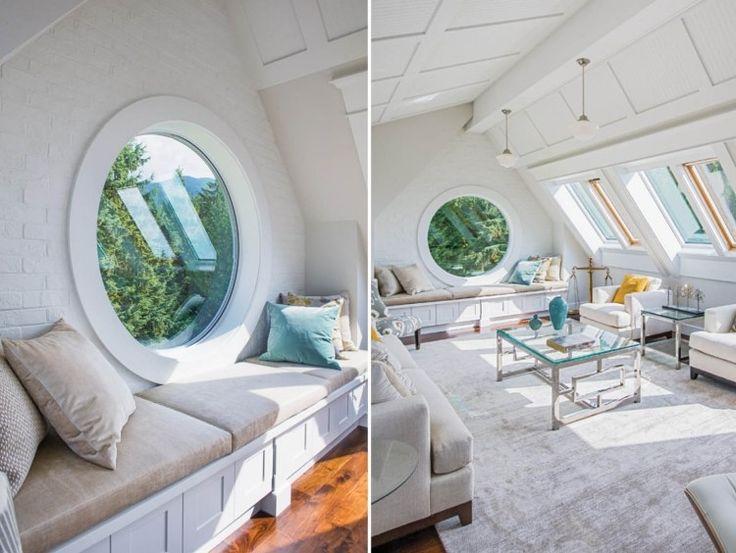 rundes Fenster und komfortable Sitzbank darunter in Dachgeschosswohnung