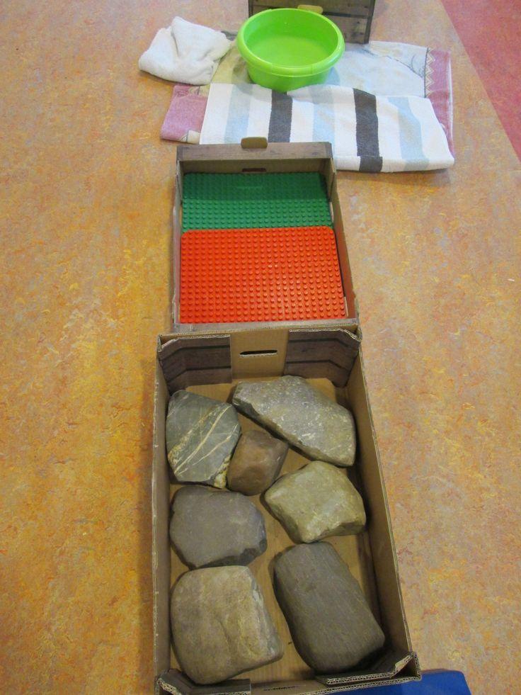 Blote voetenpad. Keien, lego platen en warm water. Nutsschool Maastricht