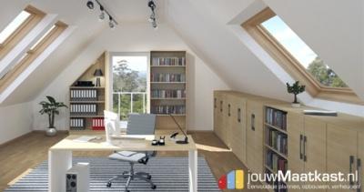 Kantoormeubels op maat ook passend onder een schuinewand. Zoals de boekenkast met een schuinekant links en de lage kasten rechts met een schuine kant achter. Zo maak je optimaal gebruik van alle ruimte in je woning of kantoor.