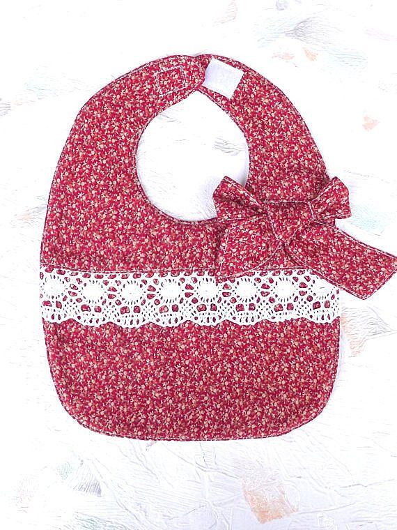 Bavoirs rouges avec noeud et dentelle blanche bébé par Dziostyle