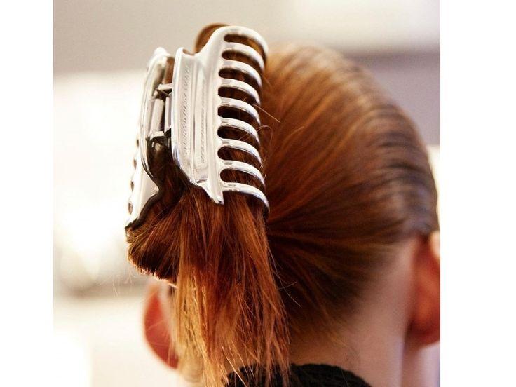 La pince crabe 90's, de retour dans les cheveux à la Fashion Week