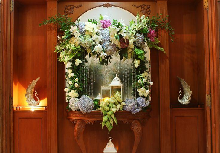 Rangkaian bunga meja area depan pintu