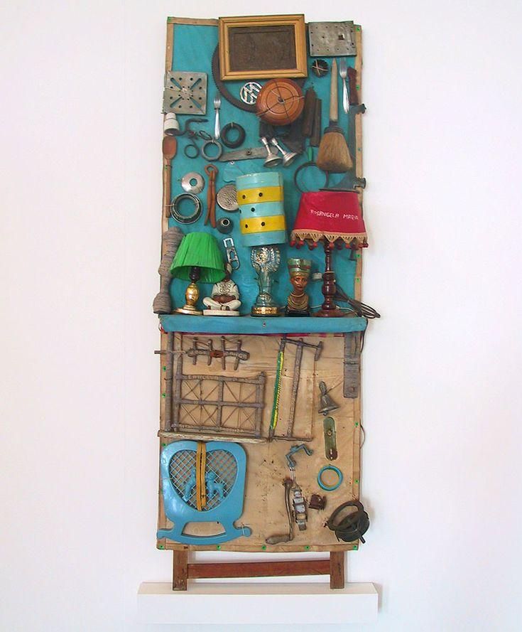 Arthur Bispo do Rosario  Abatjour  Madera, metal, vidrio, plástico, fibra de algodón. 194 x 74 x 30 cm.