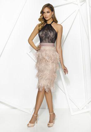 PRIVÉE 7891 Vestido de cocktail con cuerpo de encaje y falda de múltiples capas de plumas. Favorecedor escote halter