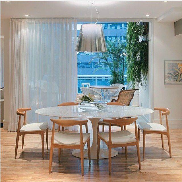 Sala de jantar l Mesa oval Saarinen e lustre prata, deixaram este decor belíssimo!!! Projet...