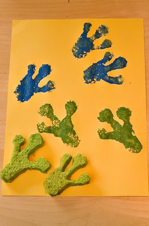 Make frog feet sponge prints with your child for a fun and educational crafts activity.