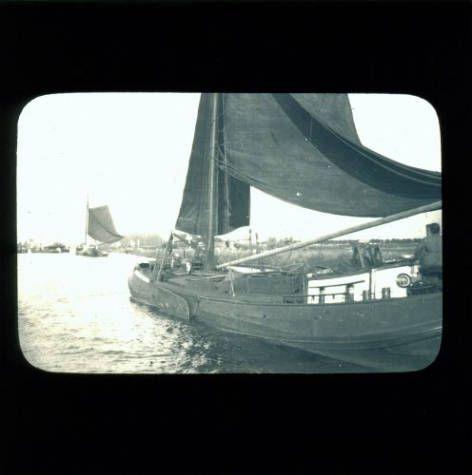 Skûtsje ergens op het water, glasdia circa 1900-1940.