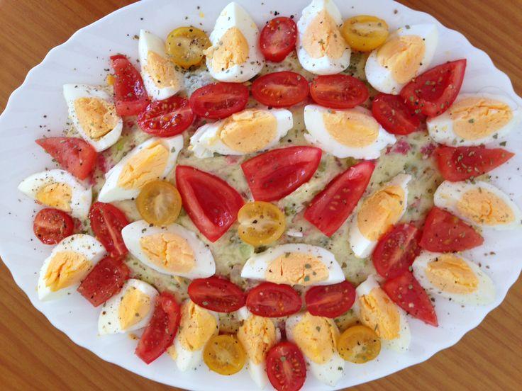 Huzarensalade. Zes eieren hard koken. Vijf middelgrote aardappels koken en grof prakken. Bakje spekjes uitbakken. In kleine stukjes snijden: drie sjalotjes, 1/3 geschilde komkommer, flinke hand mini augurkjes, vijf plakjes salami broodbeleg en de uitgebakken spekjes. Alles bij de aardappels doen. Toevoegen: klein blikje erwtjes, klein blikje maïs, paar eetlepels mayonaise, vers gemalen kruiden/peper. Alles goed roeren en kijken of het smeuïg genoeg is, anders nog wat mayonaise toevoegen. Op…