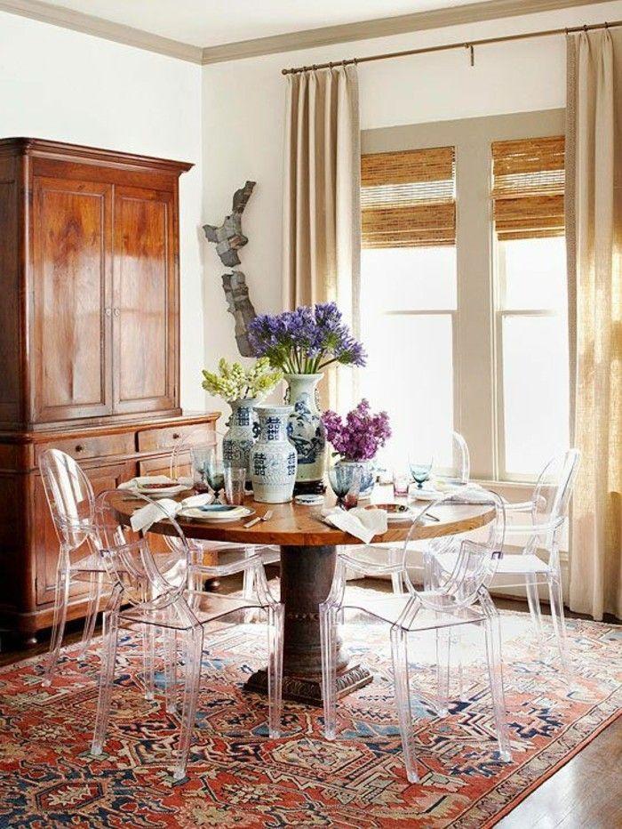 table ronde avec chaise design transparente et fleurs