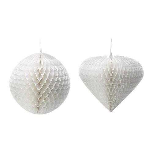 3 witte papieren bollen in hoogteverschil ophangen aan plafond in hoek van de kamer #IKEAcatalogus