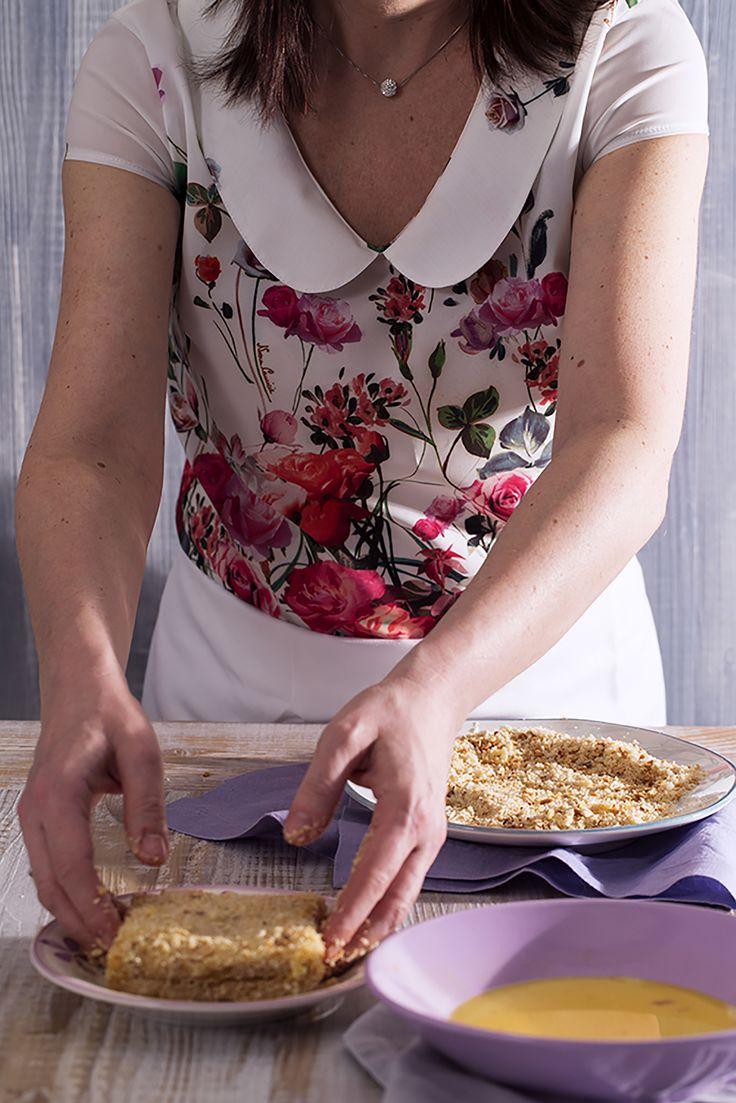 La panatura è una questione fondamentale quando si tratta di #mozzarella in carrozza! Il mio pancarrè era secco, perciò mi è bastato intingerlo nell'uovo sbattuto e poi rotolarlo nel pangrattato. Se utilizzate un pane morbido e umido, allora sarà meglio passarlo prima nella farina, così l'uovo lo avvolgerà senza problemi.