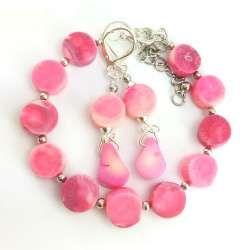 Różowy komplet biżuterii z kamieni naturalnych korala.