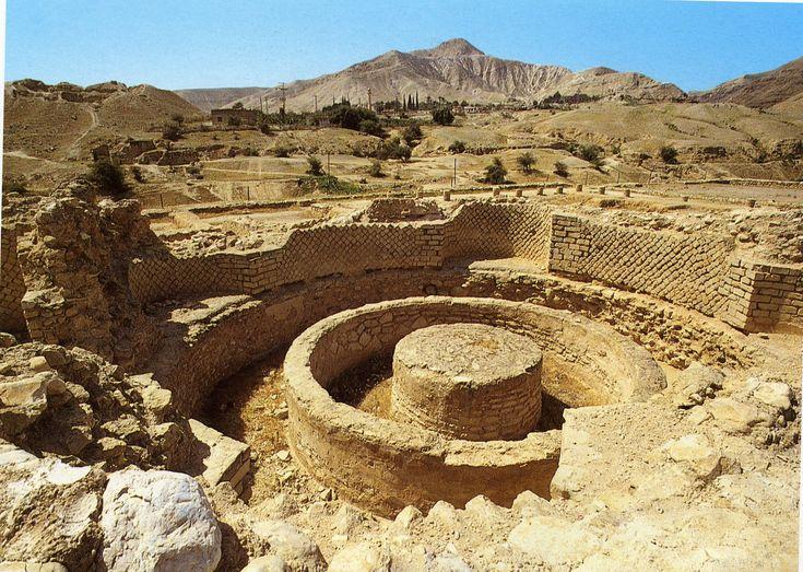 У самого подножья Иудейских гор напротив впадения Иордана в Мертвое море расположен самый древний город на земле – Иерихон. Здесь были найдены следы поселений, относящиеся к X-IX тысячелетию до н. э. Это была постоянная стоянка культуры докерамического неолита