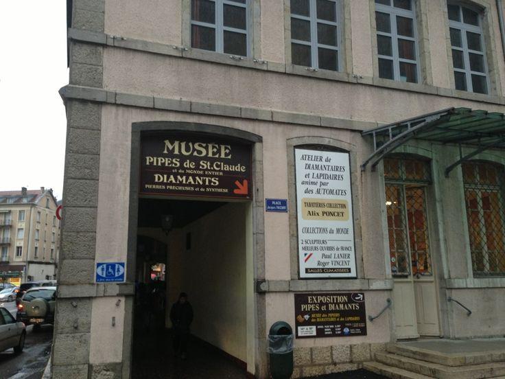 L'exposition fut montée par les Maîtres-Pipiers de Saint-Claude et les Diamantaires et Lapidaires du Haut-Jura, dans l'idée de faire connaître leur métier traditionnel, leur art, qui fait depuis toujours la renommée de la région de Saint-Claude!