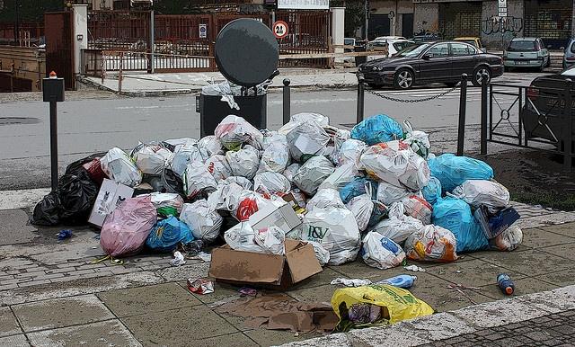 Rapporto Ispra: in Italia sempre più spazzatura  Aumentano le tonnellate di rifiuti urbani prodotti per abitante. Ma il rapporto registra anche la crescita della raccolta differenziata a scapito dello smaltimento in discarica  Leggi l'articolo su Galileo (http://www.galileonet.it/articles/4fd1f97f72b7ab589e000017)  Credit immagine a Sabina Denise / Flickr (http://www.flickr.com/photos/sabden/)