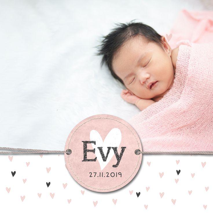 Lief geboortekaartje meisje met labeltje in zacht roze tinten en ruimte voor een prachtige new born foto.