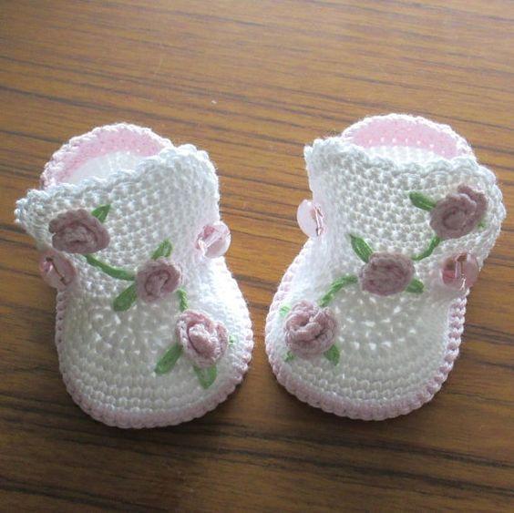 Diese niedlichen kleinen Stiefel werden eine große Bereicherung für jede Baby-Mädchen-Garderobe. Mit einer Mischung aus Baumwolle und Acryl Garn hergestellt. Dekoriert mit kleinen gehäkelten Rosen und gestickten Blätter. Bitte beachten Sie, machte diese beuten zu bestellen. Bitte geben Sie die Größe, die in der Nachricht an Verkäufer beim Kauf. Wenn eine Größe nicht angegeben ist, wird Größe 3 Monate versendet. 0 Monate - 3(7,5 cm) 3 Monate - 3,5(9 cm) 6 Monate - 4.0(10 cm) 12 Monate…