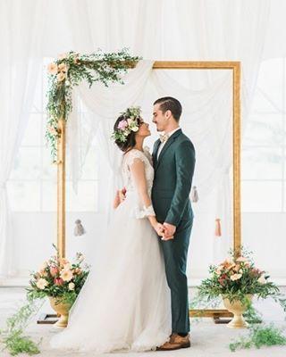 Desejando um Sábado repleto de alegrias, com inspiração de altar com frame super delicado! Amamos!  Não deixe de participar do SORTEIO do para de alianças da @formosajoias que vai até o dia 18/08!  #amomuitotudoisso #amor #blogvestidodenoiva #bolo #bouquet #casamento #casamento2017 #casando #decoracao #festa #flores #flowers #fotografia #happy #inspiracao #inspirational #love #muitoamorenvolvido #noiva #noivas2017 #noivasdobrasil #photo #vestido #vestidodenoiva #vestidodenoivablog #vi...