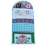 Een huswif is de gereedschapskist van elke huisvrouw. Het is een opgerold mapje voor al haar naaigerei. Dit exemplaar is uniek en handgemaakt.