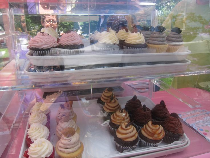 sold only cupcakes. Notice the clever display: cupcake tray is on top of an ice-filled bottom tray.