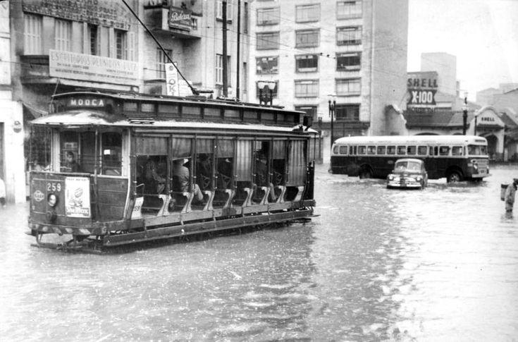 Acervo/Estadão - Bonde na rua da Cantareira, em dia de enchente na capital paulista em 1958