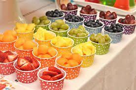 Separar frutas por cores em potinhos da mesma cor da fruta dá um efeito muito bacana. Duvido a criançada não querer comer!