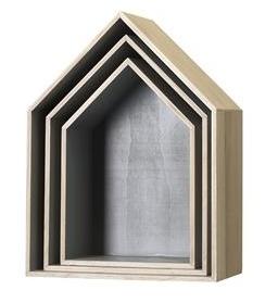 Flotte trekasser formet som hus, laget av furu med grå innside. Perfekt som nattbord og som hyller på alle rom.  Sett med 3 stk,Fra Bloomingville.    Stor: B35 X D20 X H47 cm.  Medium: B30 X D17 X H 42,2 cm.  Liten: B25 X D15 X H37 cm.