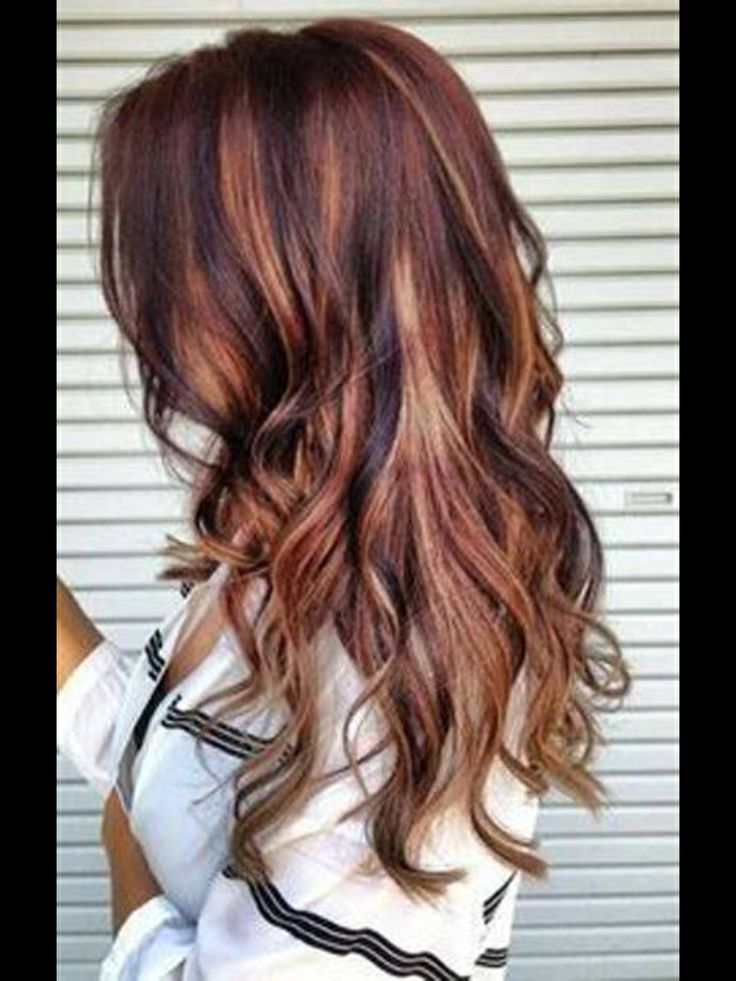 To achieve this look, chunky highlights are concentrated underneath. The crown has more dark and very thin streaks of blonde. This is not an ombré