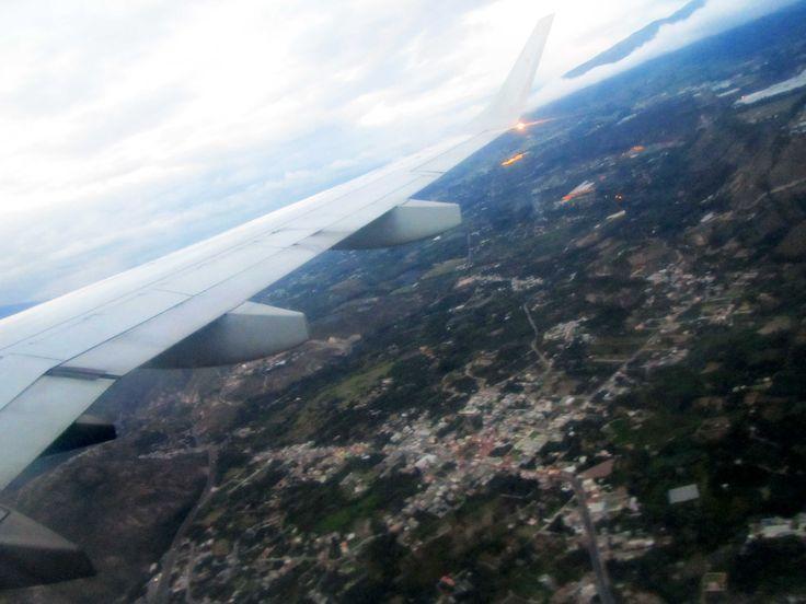 Ciudad de Quito vista desde los aires Reseña del vuelo Lima-Quito-Lima con TAME EP #TAME #Lima #Quito #Vuelo http://www.placeok.com/viajar-a-quito-con-tame-resena-placeok/ Marzo 2015