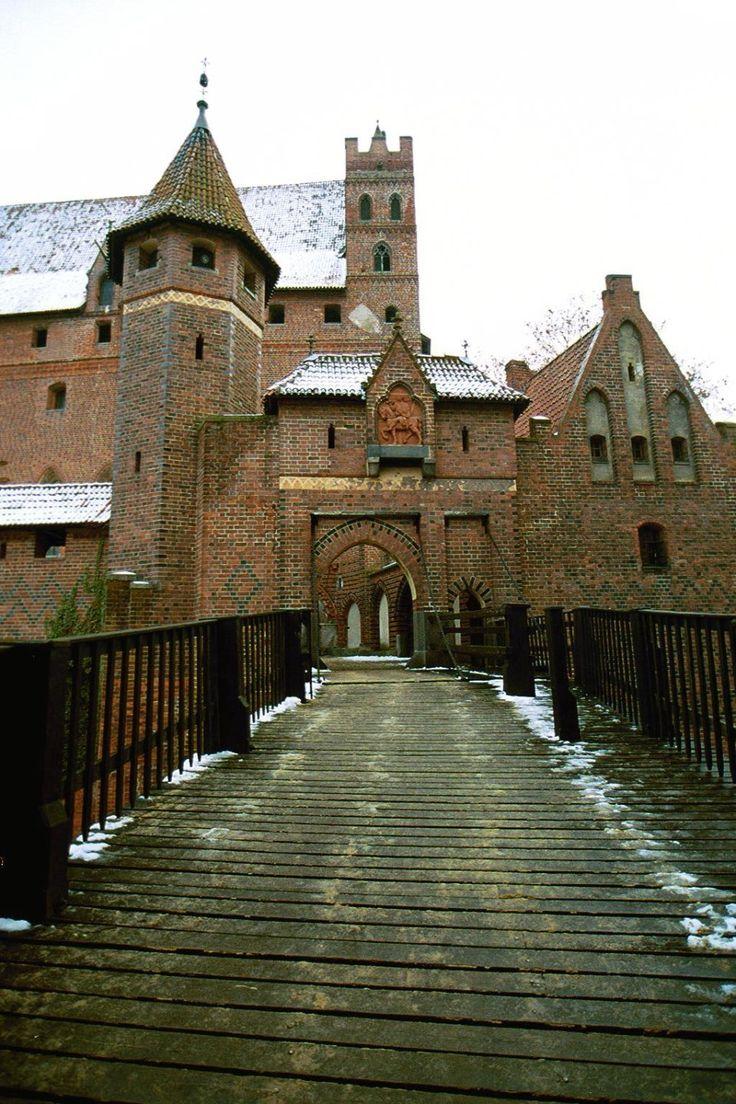 Zamek krzyżacki w Malborku imponuje nie tylko rozmiarami, ma też porywającą historię, o czym najłatwiej przekonać się latem podczas specjaln...