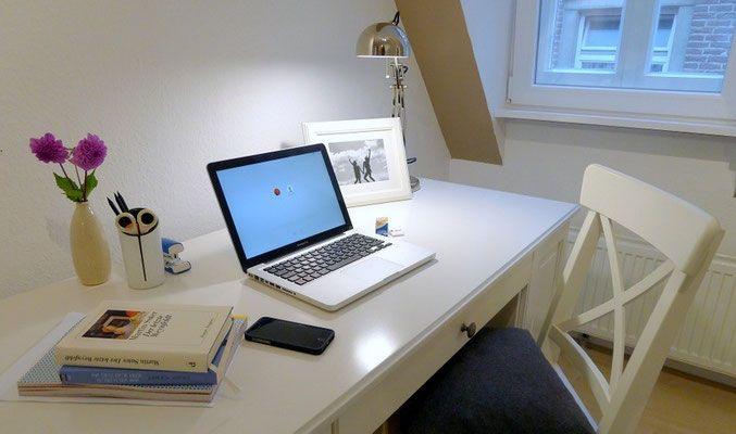 der schreibtisch mit viel platz bietet konzentriertes arbeiten f r studenten in hochwertig. Black Bedroom Furniture Sets. Home Design Ideas