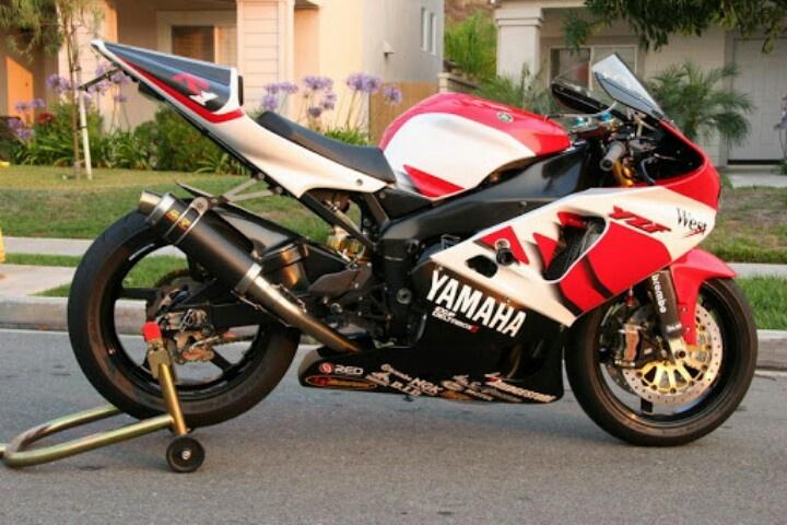 Take one Yamaha R1 1998-2001 powdercoat frame and swingarm, add R7 fairing and race taipiece and hey presto= Yamaha R71 without mega expense.