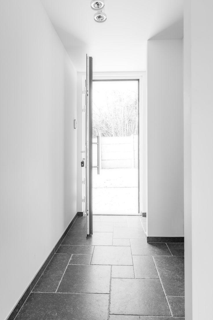 Hall d'entrée blanc pur et dalles de petit granit