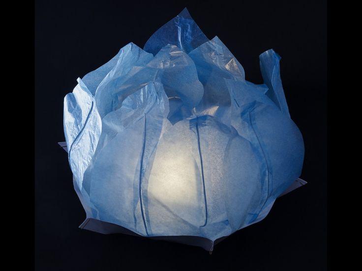 Ninfea Galleggiante di carta di riso azzurra.Diametro 50 cm. Sono inclusi la candela, il manuale e il pennarello. Riutilizzabile, basta cambiare la candela.Istruzioni, la preparazione è molto facileScrivere...