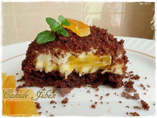 Yumuşacık ve yağ gibi bir krema tarifi vereyim size. Pastalarınızda rahatlıkla kullanabileceğiniz bir tarif. Geçen gün dilimini çekemediğim pastanın içinde de bu kremadan vardı. YAŞ PASTA KREMASI M…