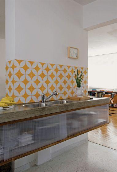 Atmosfera retrô. Quando reformou seu apartamento e abriu a cozinha para a sala, a arquiteta Lívia Ribas se deparou com um pilar estrutural. Como não podia derrubá-lo, resolveu assumi-lo. Para tanto, cobriu parte da alvenaria com um painel de azulejos que misturam branco e amarelo gema. Lembrando as estampas típicas dos anos 1960, o desenho se tornou a atração do ambiente.Onde comprar: azulejos de 20 x 20 cm da coleção Mito, feitos apenas sob encomenda pela empresa Lurca.