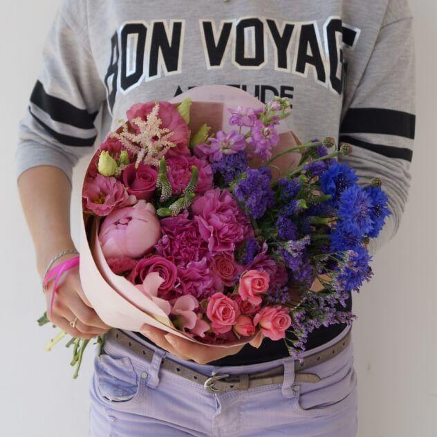 Букет из пионов, матиолы, василька, кустовых роз, астильбы, эустомы, лиммониума и дельфиниума