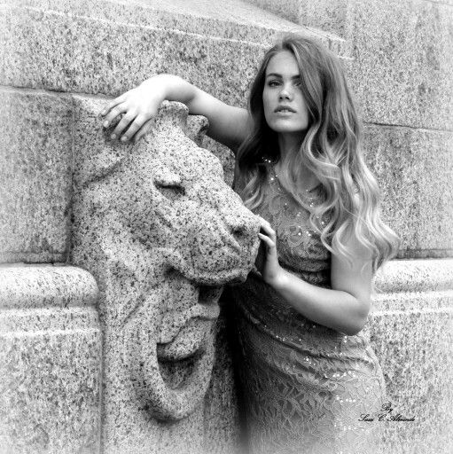 Portrait of Cecilie and a lion By photographer Sussi C. Alminde 2014 production  www.fotografsussicalminde.dk