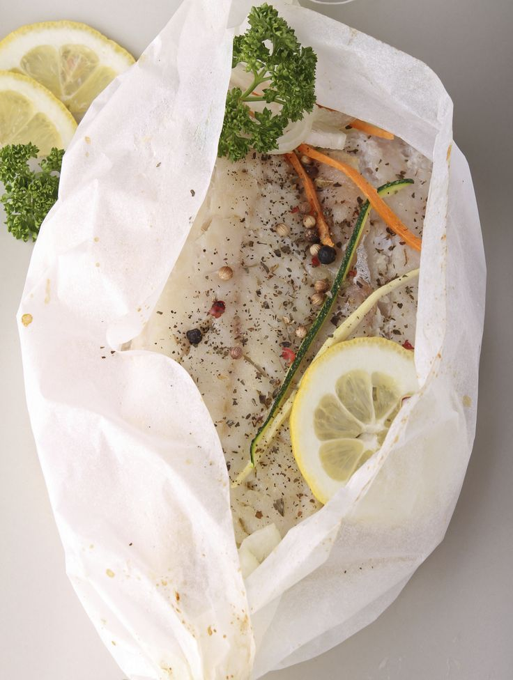 Deze vispakketjes uit de oven zijn overheerlijk. Must try, en zo simpel! Op elk vel bakpapier leg je de witvis eerst, met daarop alle andere ingrediënten Vouw het bakpapier tot een pakketje, bind met keukentouw vast en leg de pakketjes op een bakplaat. Bak de pakketjes op 200 graden 20-25 minuten in de oven, afhankelijk […]