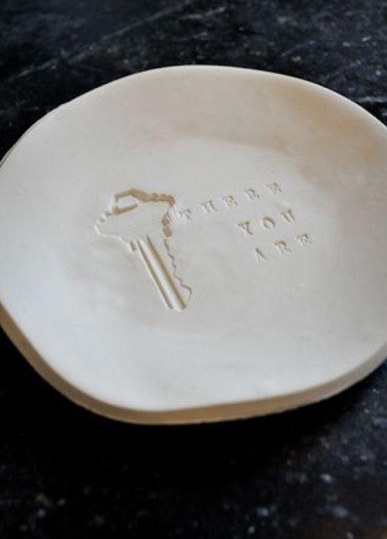 Nog een makkelijk te maken vaderdag cadeautje; van klei (of DAS klei) een schaaltje voor de (auto) sleutels van papa. Eventueel verven/lakk...