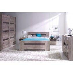 Moderne slaapkamer bestaande uit een tweepersoonsbed, twee nachtkastjes, commode en een grote kledingkast voorzien van zweefdeuren.