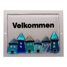 Velkommen skilt med blå glashuse