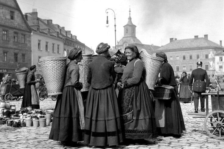 Frauen auf dem Markt in Bayreuth.  Weil ihre Körbe leer sind, vermutet William...