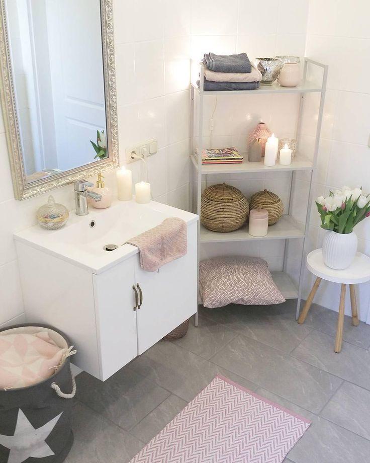 Die puristische, elegante und durchaus zeitlose Vase Hammershøi hat eindeutig ein Stück Potenzial. Einfach typisch dänisch! In Kombination mit frischen Blumen ist es ein stilvolles Accessoire in diesem schönen Badezimmer! Kerzenlicht und Badetextilien in Pink runden den tollen Look ab! // bad badewanne beistelltisch vase blumen kerzen spiegel bad teppich dekoration dekoration regal schrank #badezimmer #badezimmer #einzeltisch #vase #blumen #kerzen #spiegel #bad teppich #Deko @sinas_home