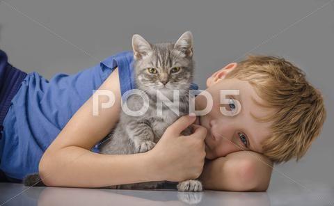 Happy child with kitten - Стоковые фотографии | by kulkann75