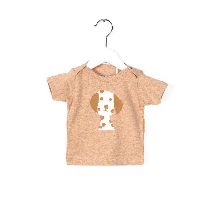 Shirt met honden printje! Sluit met een drukknoop in de hals. Vanaf maat 92 geen drukknoop maar elastiek. Verkrijgbaar in verschillende kleuren en een bijpassend broekje. Extra comfortabel door de toevoeging van elastaan. Deze stof is...