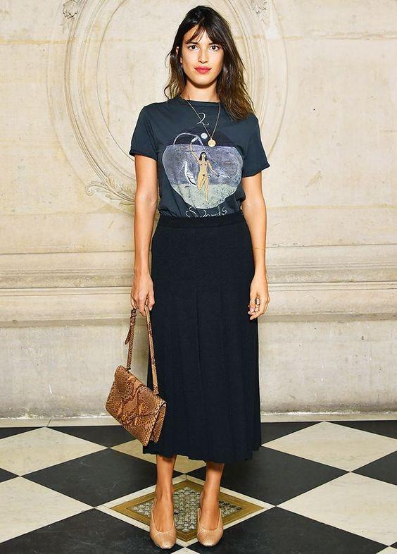 9 Peças coringas que vão dar um up no visual. T-shirt estampada azul marinha, saia midid preta, sapato bege, bolsa de cobra, animal print